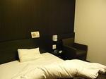 ホテルドーミーイン三島客室内ベッド枕元.JPG