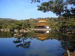 鏡湖池湖畔から眺める金閣寺1.JPG