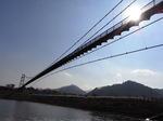 宮ヶ瀬湖遊覧船発着場から見上げる吊橋.JPG