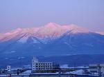 ナチュラクスホテル客室内から眺める夕暮れの大雪山国立公園十勝岳連峰.JPG