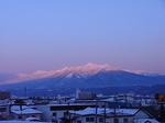 ナチュラクスホテル客室内から眺める夕陽に染まる大雪山国立公園十勝岳連峰.JPG