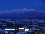 ナチュラクスホテル客室内から眺める日暮れ時の大雪山国立公園十勝岳連峰.JPG