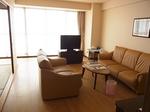 マホロバマインズ三浦ホテル客室リビング1.JPG