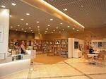 四日市市立博物館ロビー図書館読書スペース.JPG