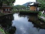 忍野八海の池本荘と中池.JPG